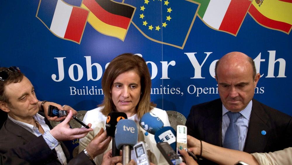 Los ministros españoles de Economía, Luis De Guindos, y de Empleo, Fátima Báñez