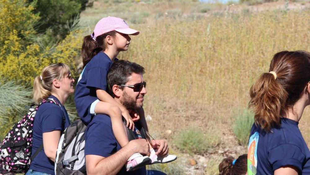 Un niña en brazos de su padre en De Marcha con El Estirón