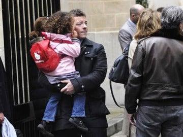 Un padre recoge a su hija en el colegio