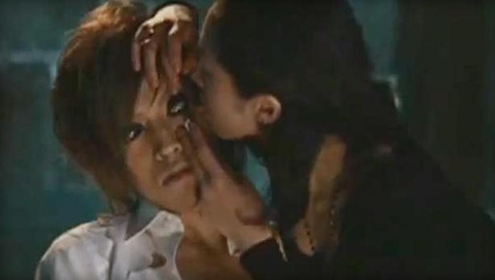El videoclip 'Spiral Lie' del grupo Born podría ser el origen de la moda japonesa de lamer los ojos