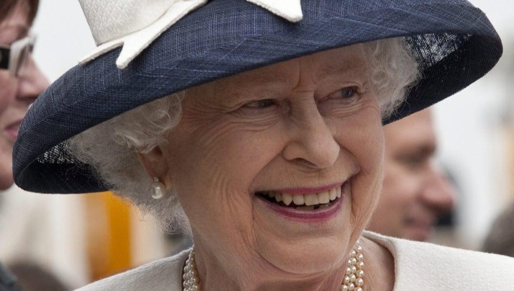 Isabel II sonríe durante un Walkabout después de una flota internacional en 2010