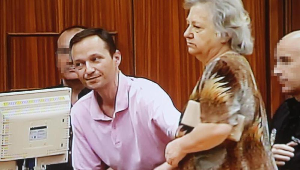 Bretón y su madre, durante el juicio