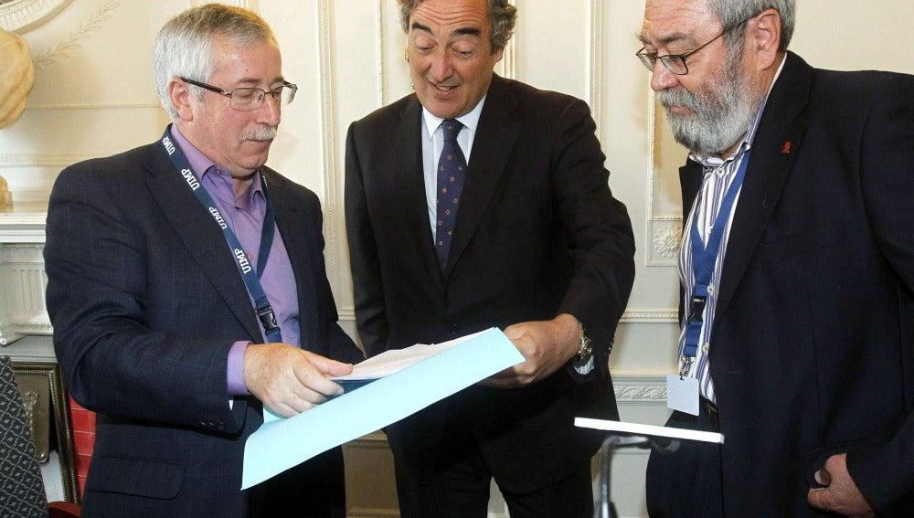Juan Rosell junto a Ignacio Fernández Toxo y Candido Méndez tras el seminario