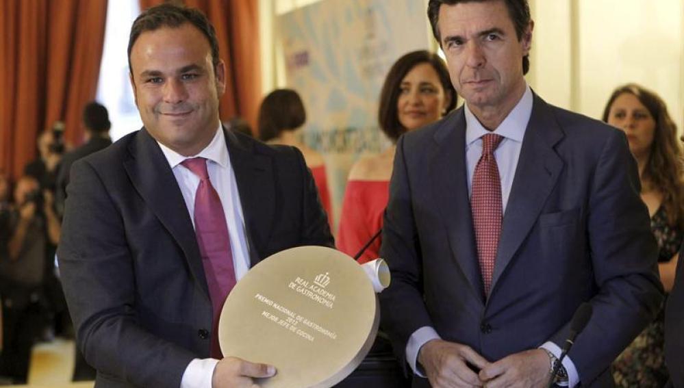 El ministro de Industria, Energía y Turismo, José Manuel López Soria, posa junto a Ángel León