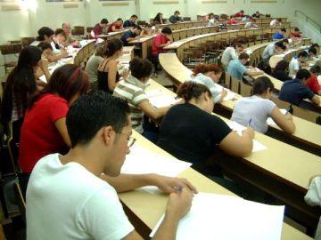 Estudiantes en un examen