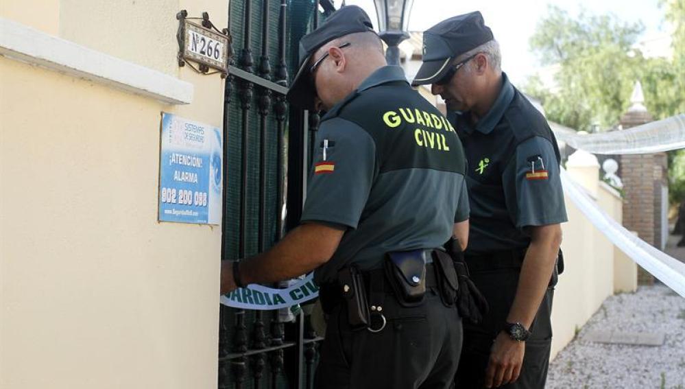Efectivos de la Guardia Civil precintan la vivienda de la localidad de Mijas