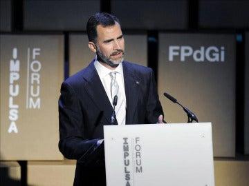 El príncipe Felipe pronuncia unas palabras durante la entrega de los premios de la Fundación Príncipe de Girona