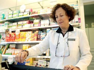 Una mujer atendiendo en una farmacia