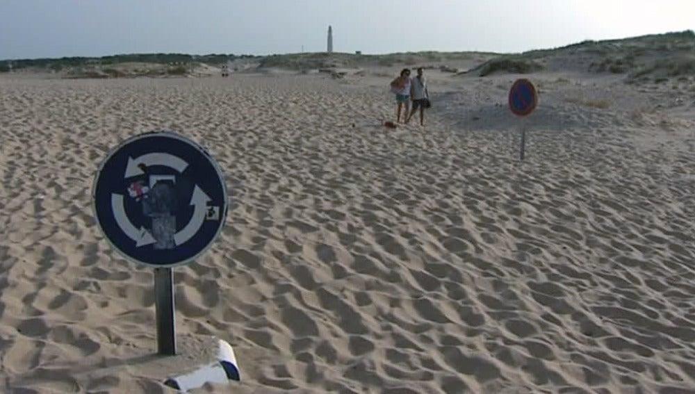 Las dunas entierran los accesos a la playa en la costa gaditana por el viento