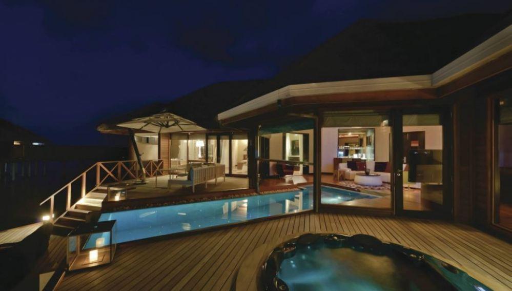 Piscina y jacuzzi privadas de la suite 'Ocean Pavilion' en el Hotel Huvafen Fushi, en Maldivas