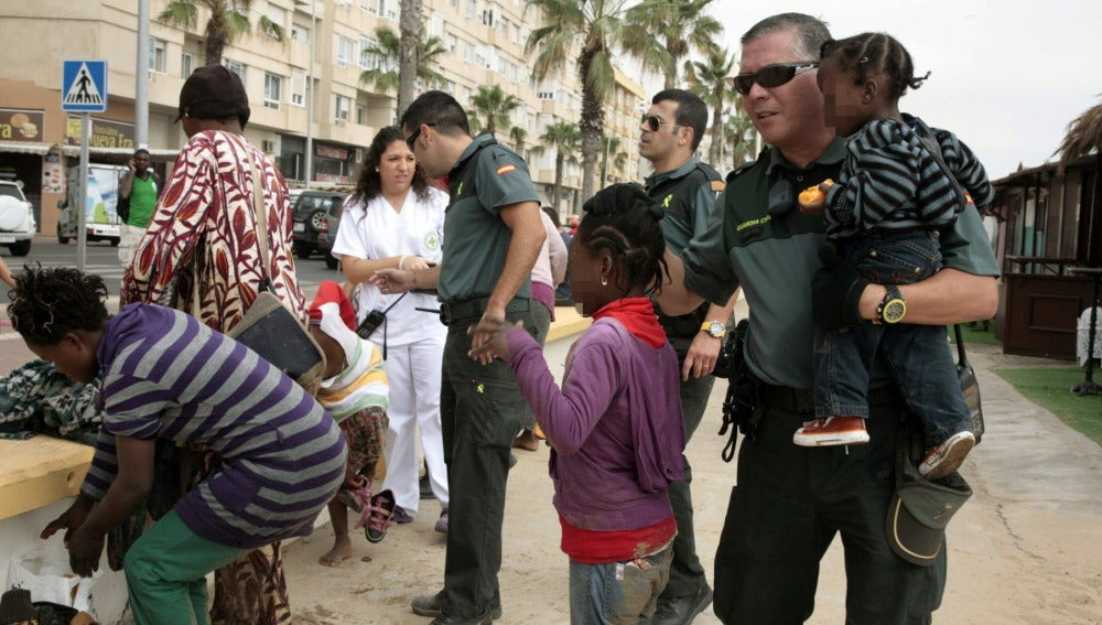 Inmigrantes en patera llegan a Melilla y amenazan con tirar a los niños al agua