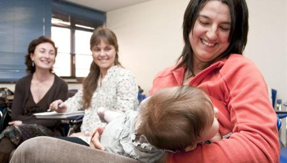 Una madre da el pecho a su hijo