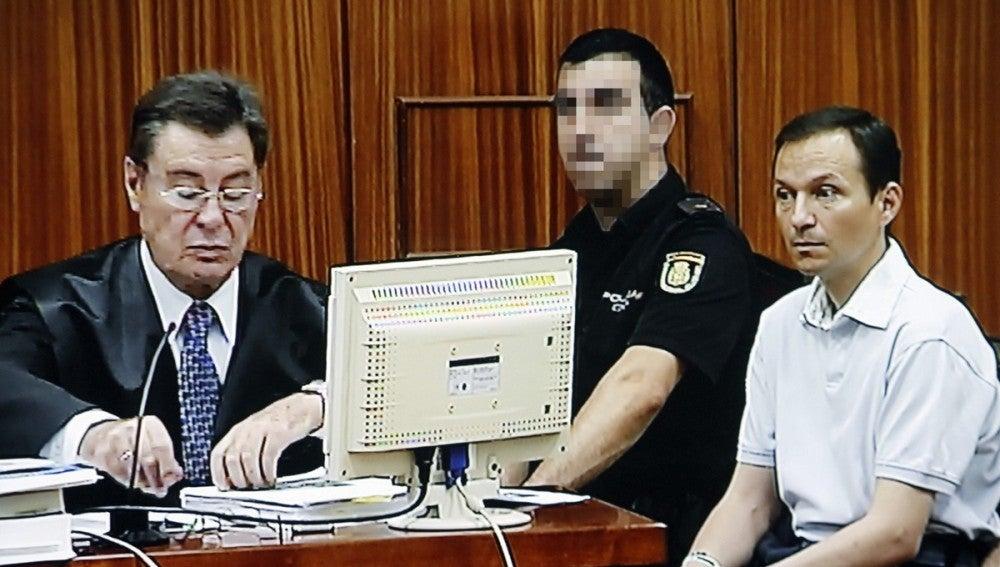 José Bretón junto a su abogado, José María Sánchez de Puerta