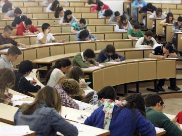 Estudiantes realizan un examen en la Universidad