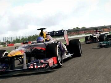 Red Bull y Mercedes en plena carrera.