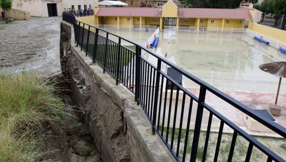 Las tormentas vencen el muro de la piscina
