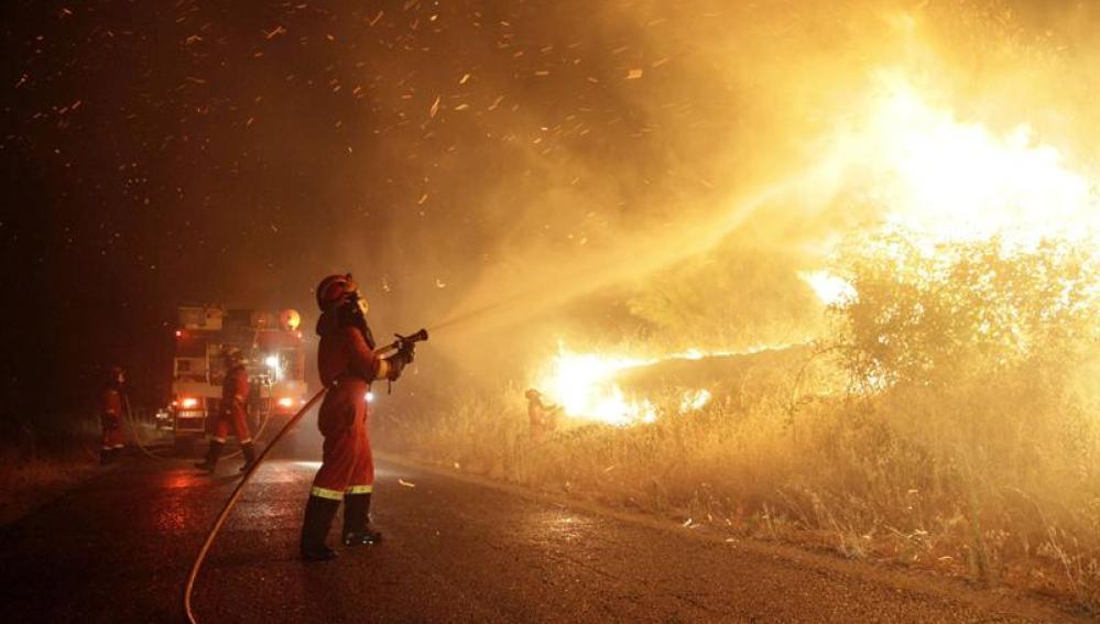 Llamas del incendio en Almorox por la noche