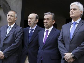 El presidente de Canarias, Paulino Rivero, y el secretario general del PSOE, Alfredo Pérez Rubalcaba, en el centro de la imagen