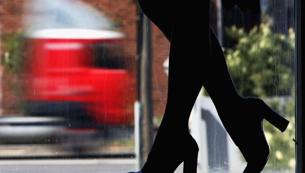 Una mujer camina a contraluz (Archivo)