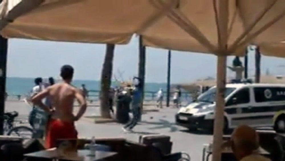 La Policía blinda el paseo marítimo de Torrevieja por altercados con los 'manteros'