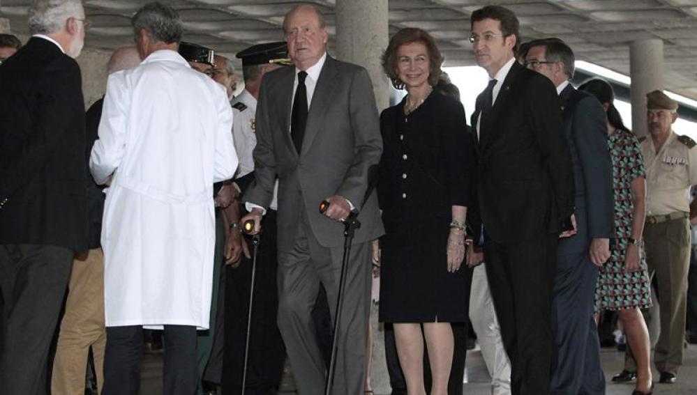 Los Reyes junto al presidente de la Xunta, Alberto Núñez Feijóo, a su llegada al Hospital Policlínico de Santiago