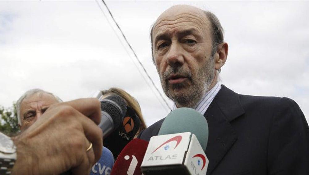 Alfredo Pérez Rubalcaba visita el lugar del accidente de Santiago