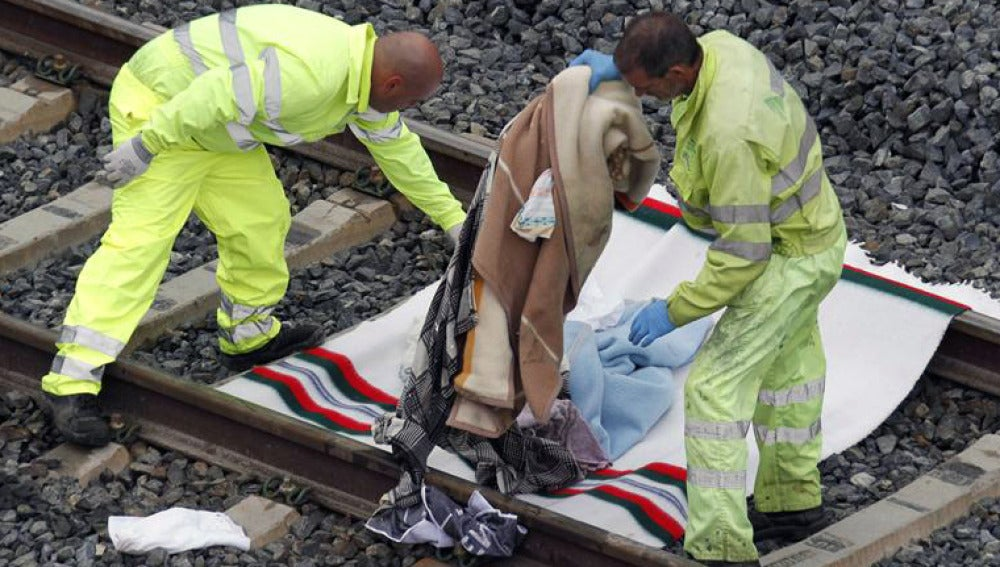 Operarios retiran de la vías mantas y otros enseres