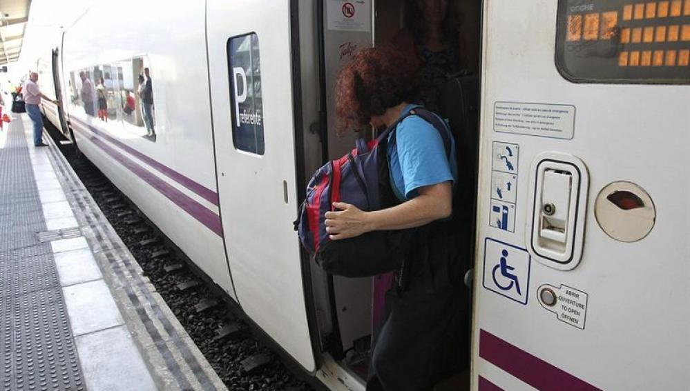 Los viajeros pasan callados y tristes por la curva del accidente