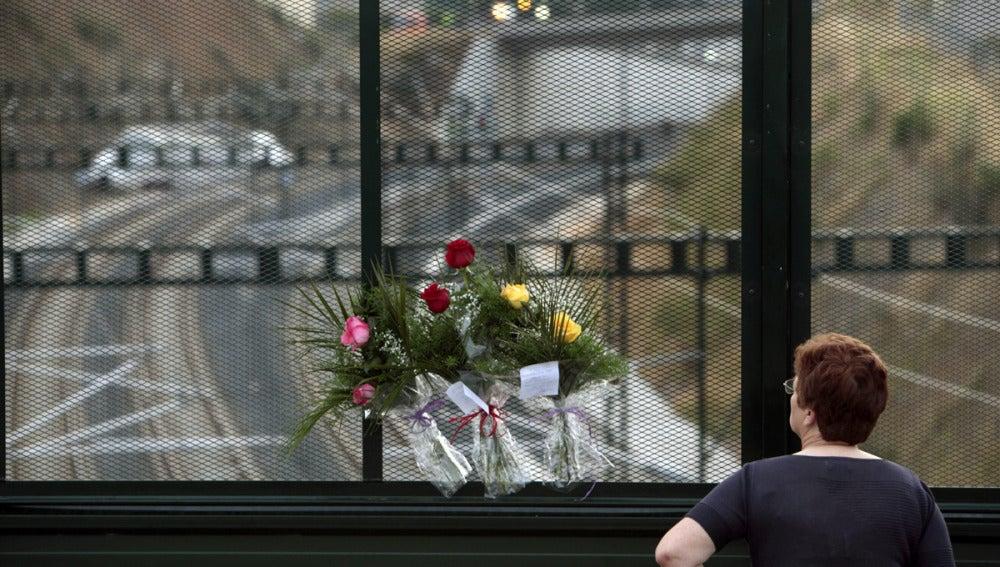 Flores ante el lugar del accidente de tren en Santiago