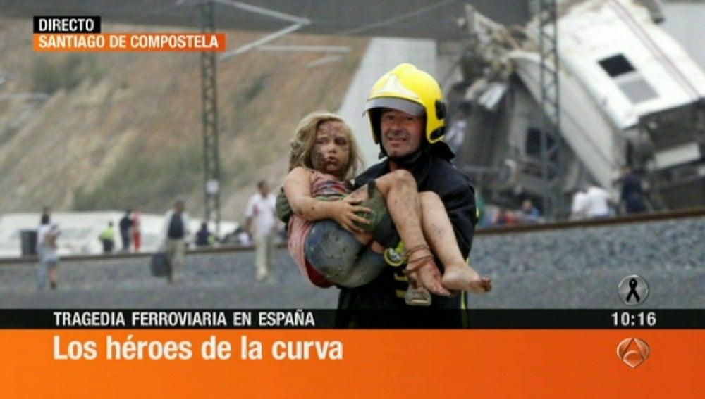 Un bombero ayuda a una niña desorientada