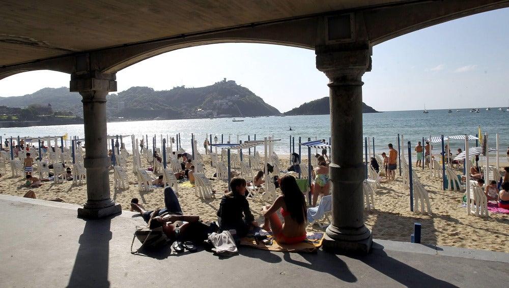 Numerosos donostiarras y turistas disfrutan de la playa de La Concha de San Sebastián.