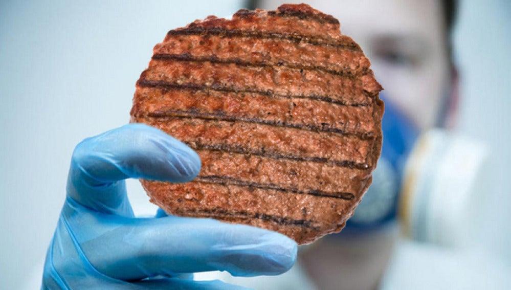 Un científico con una hamburguesa