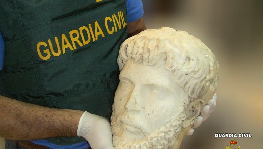 La Guardia Civil recupera una cabeza de mármol del Emperador Marco Aurelio