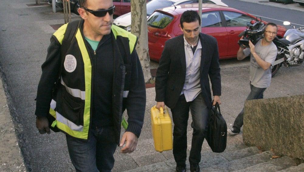 Técnicos y policía científica llegan al juzgado de Santiago para analizar las cajas negras
