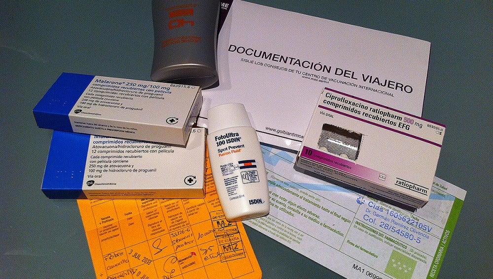 Cartilla de vacunación y muestra de medicamentos