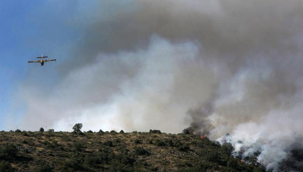 Un avión trabaja para sofocar un incendio