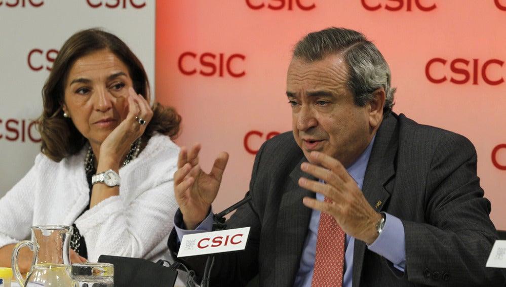 La secretaria de Estado de Investigación, Carmen Vela, y el presidente del CSIC, Emilio Lora-Tamayo