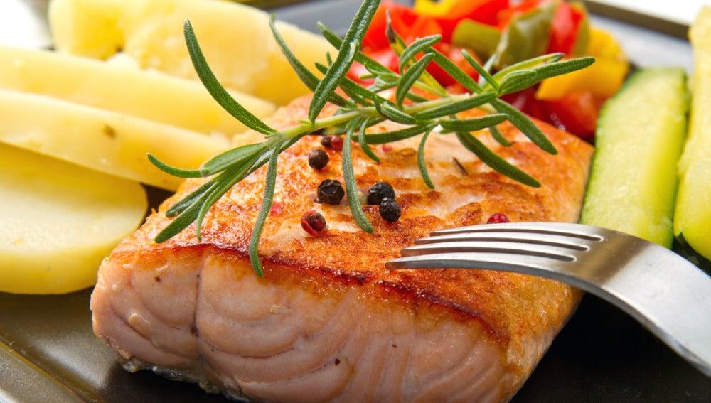Plato de salmón a la plancha con verduras