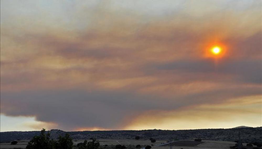 Un incendio en Cebreros obliga a cortar una carretera y a desalojar un poblado 'hippy'