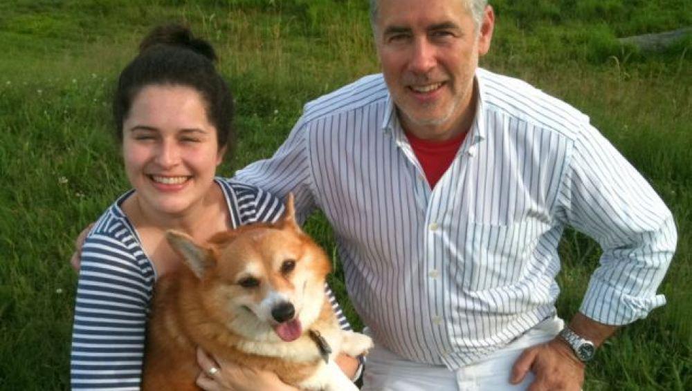 El perro Hazel con sus dueños