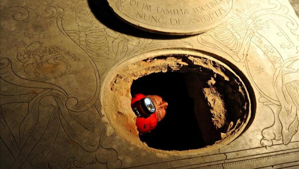 Un arqueólogo se asoma desde la cripta de la familia de Mona Lisa