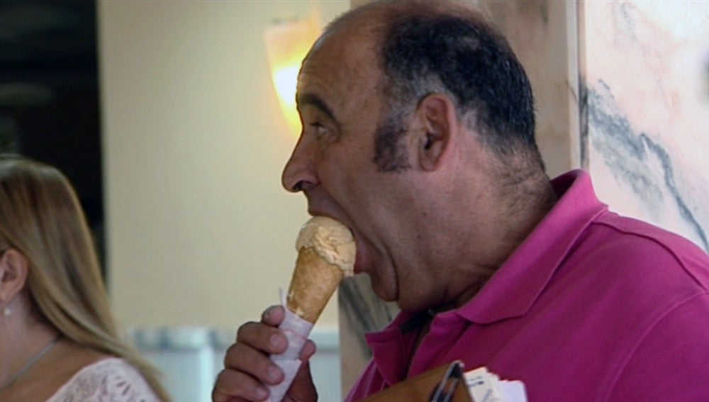 Un hombre disfruta comiendo un helado