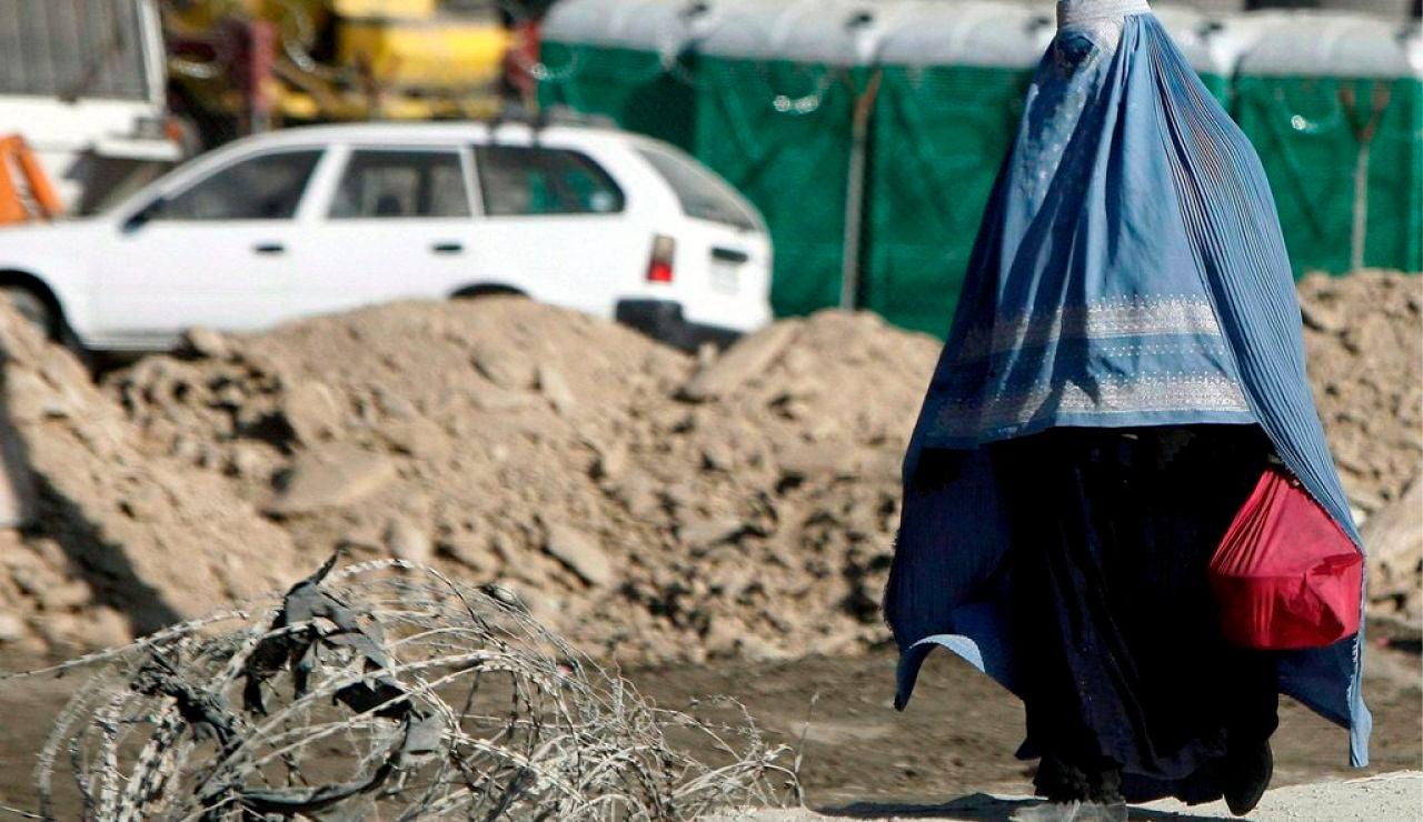 Un tribunal talibán condena a 40 latigazos a una mujer por hablar por teléfono con un hombre