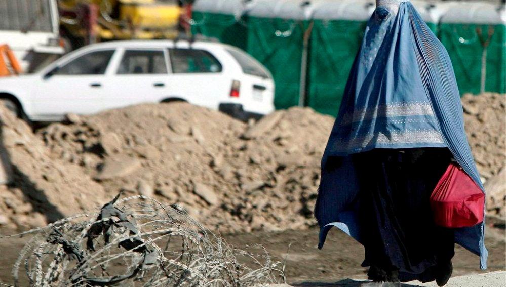 Una mujer camina con un burka en Afganistán