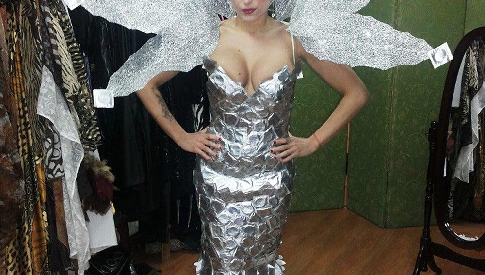 Vestido diseñado con profilácticos
