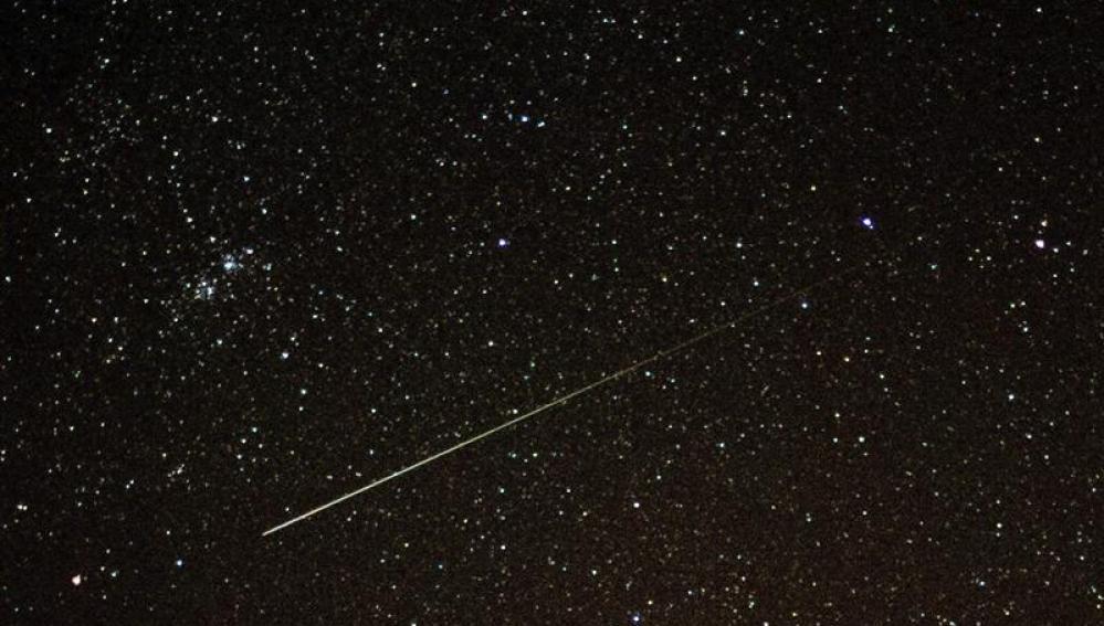Una estrella fugaz cruza el cielo sobre Sieversdorf