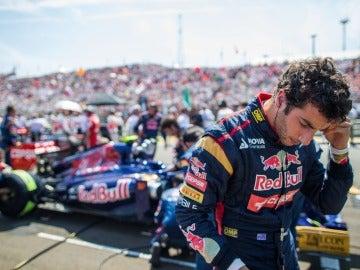 Ricciardo bajándose el Toro Rosso