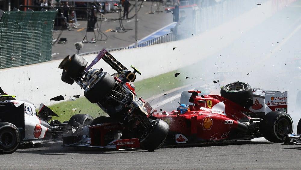 Grosjean pasa por encima de Alonso en 2012