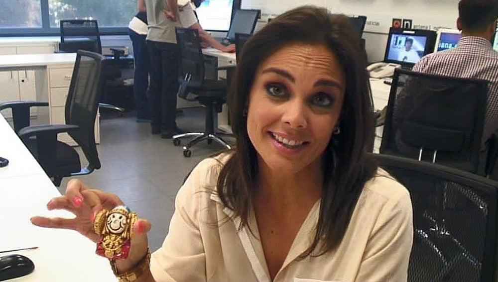 Mónica Carrillo muestra su mesa de trabajo