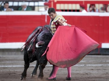 José Maria Manzanares realiza un pase al sexto toro